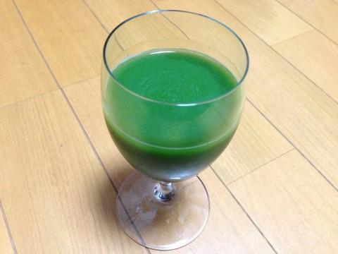えがおの青汁満菜を水に溶かしたもの